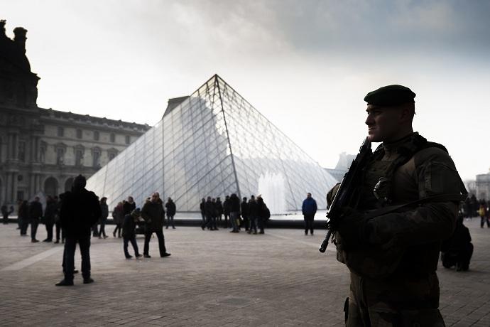 Parigi, sparatoria davanti al museo del Louvre Il ministro dell'Interno chiede collaborazione