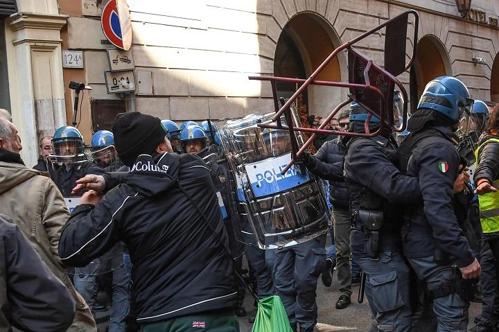 I tassisti paralizzano Roma: cariche della polizia davanti alla sede del PD | VIDEO | FOTO