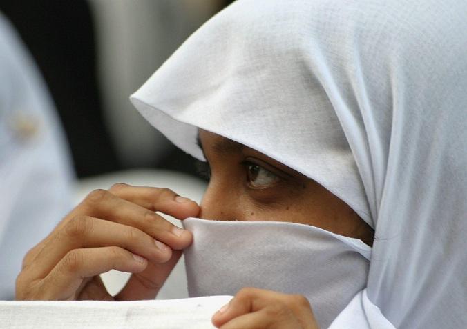 No al velo, madre rapa a zero la figlia 14enne
