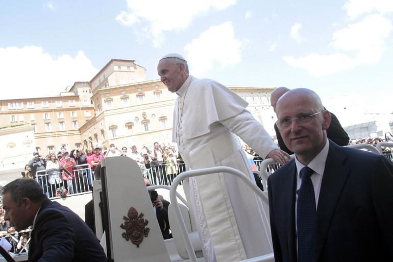 Papa francesco il vero riempi piazze d 39 italia - Papa bagno chimico ...