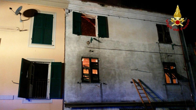 Genova, lanciato dai genitori mentre la casa brucia: morto Giuseppe, 6 anni