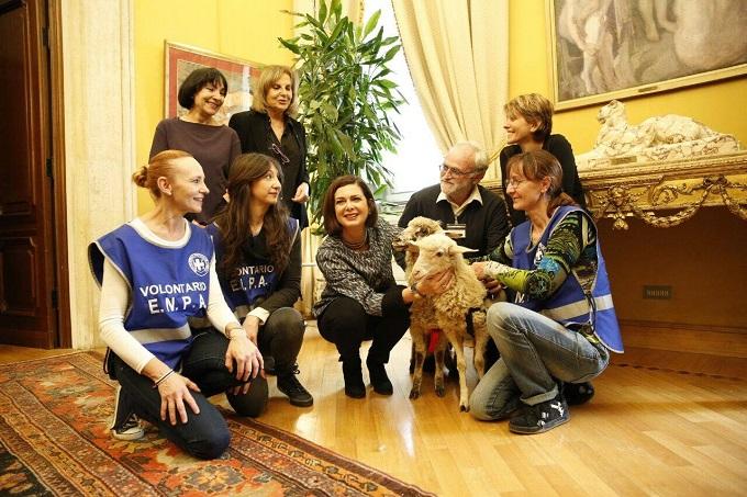 Pasqua veg, dopo Berlusconi anche Boldrini adotta due agnellini Foto