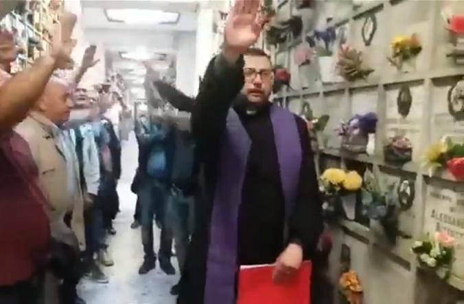 Il prete fa il saluto romano alla commemorazione del camerata