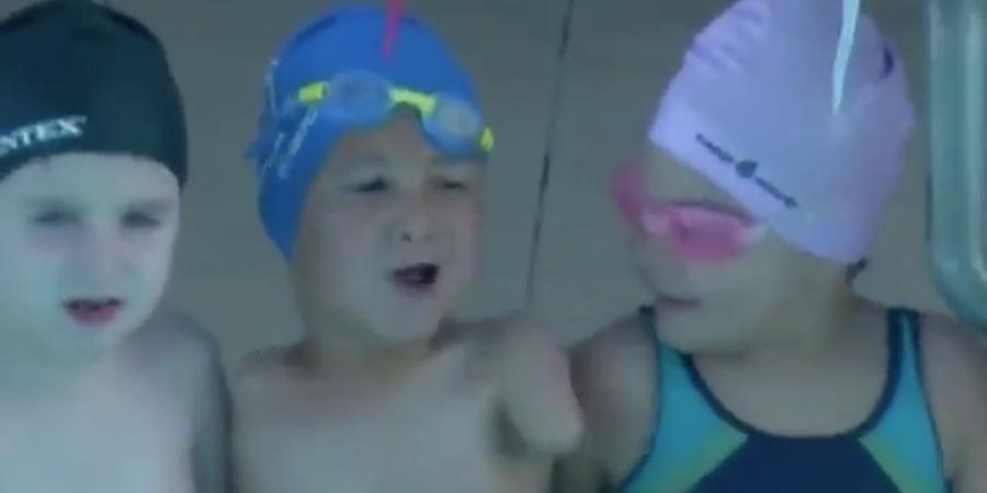 bambino senza braccia campione nuoto