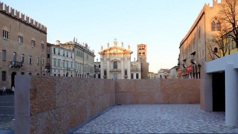 L 39 orrenda domus mantova che in molti vogliono abbattere for Piazza sordello