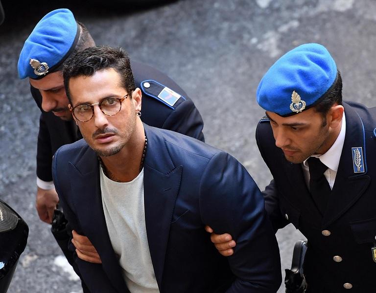 Urla e proteste, Fabrizio Corona buttato fuori dall'aula del suo processo