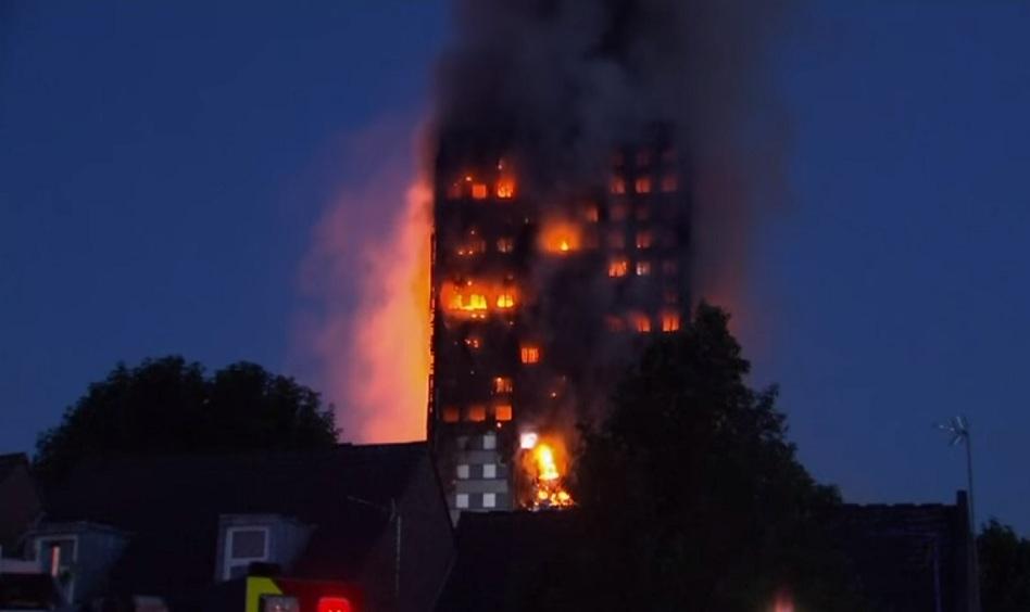 I video dell'incendio al grattacielo di Londra