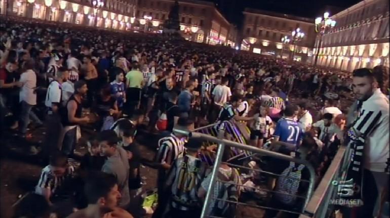 Torino, il momento in cui comincia il caos. Panico tra la folla