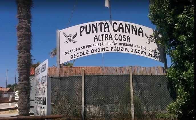 """""""Punta Canna"""" è piena di cartelli con immagini di Benito Mussolini"""