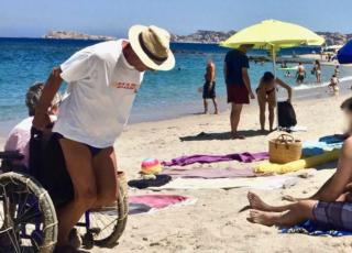 Sardegna uomo aiuta moglie carrozzina