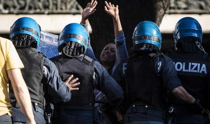 piazza indipendenza poliziotto
