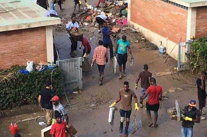 cinquanta profughi aiutano