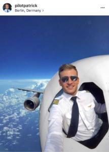 selfie in quota con la testa fuori dall'aereo
