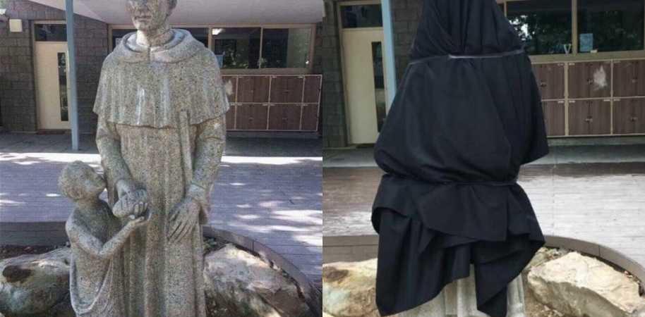 statua coperta