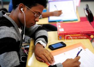 smartphone vietati a scuola in Francia