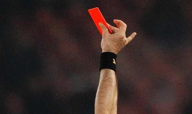 L'arbitro minacciato dai tifosi incappucciati: insulti razzisti e inseguimento in auto