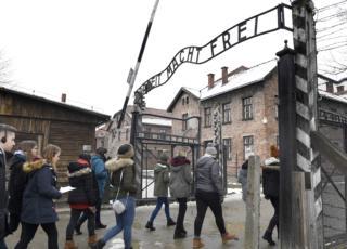 ragazzo israeliano pipì Auschwitz